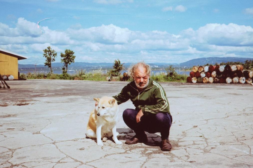 Arne Pedersen har holdt til på Husbergøya i snart 40 år og beklager at virksomheten på sildeoljefabrikken er slutt.